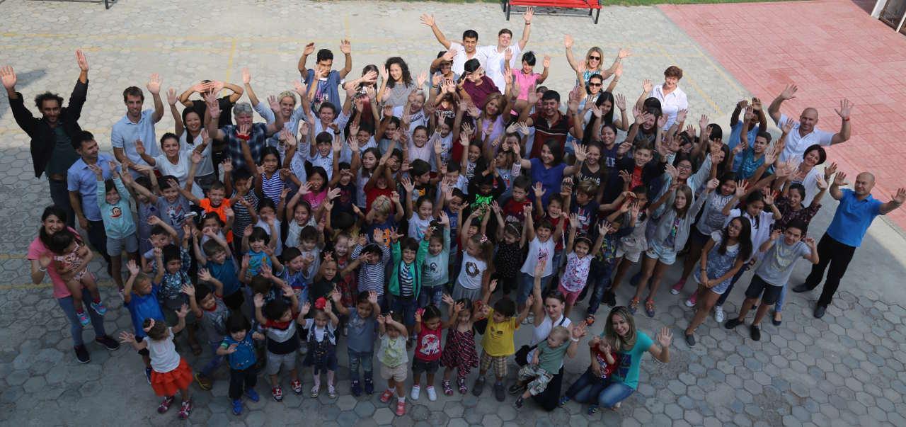 les enseignants de l'école française de Tachkent avec leurs élèves